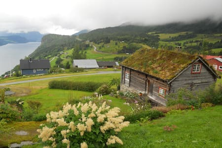 Cottage with a magnificent view  - Stryn - House