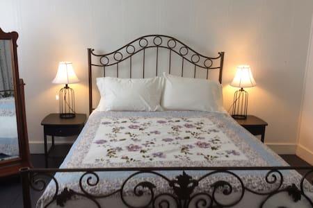 Country Road House Bed & Breakfast - Clendenin - Bed & Breakfast