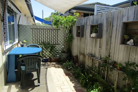 2 bedroom unit 1 block from the beach!! - Woolgoolga - Leilighet