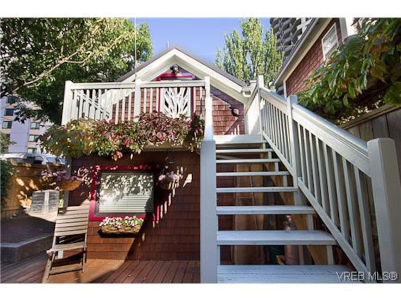 Cute suite on 2 levels in a Carriage House with balcony!