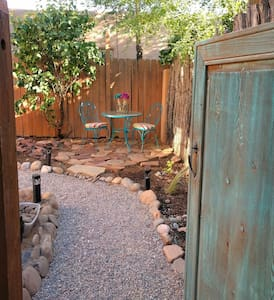 Sunny Adobe Studio w/Private Courtyard near Plaza - Appartement