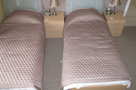 Good Sized Twin Room newly decorated - Bournemouth - House