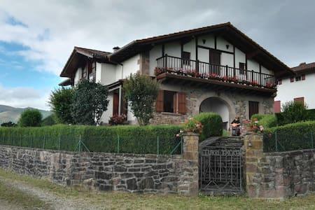 Casa-villa con terreno en Baztan. 17 plazas. - Arizcun - Huis