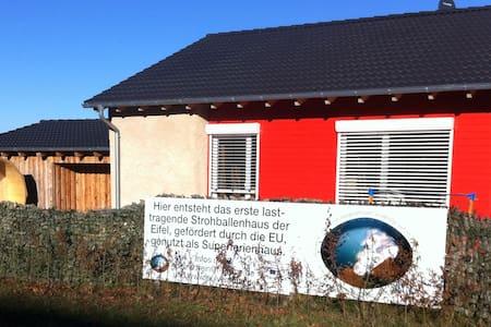 Strohballenferienhaus am Pulvermaar - Gillenfeld