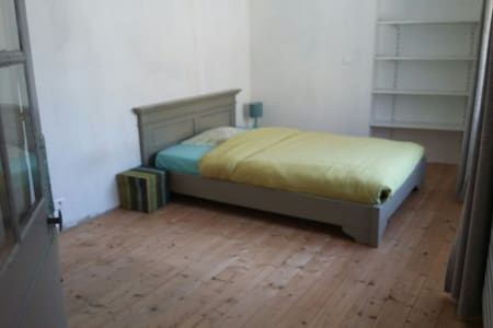 Spacious bedroom, Ancenis city center - Ancenis - Hus