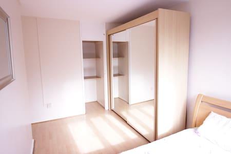 (MAR-C)BRIGHT ROOM FOR 2 PPL NEAR RIVERSIDE - Apartment