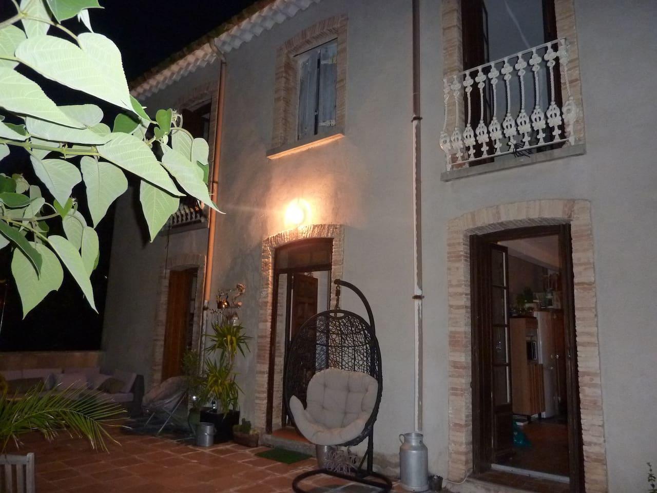 Arrivée sur la terrasse, entrée, la chambre est à l'étage