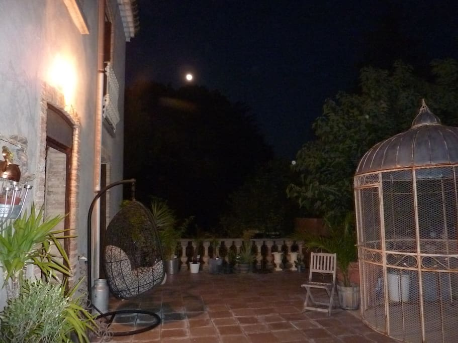 La terrasse, un soir de pleine lune