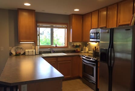 Nicely located for city & country - Beaverton - Maison