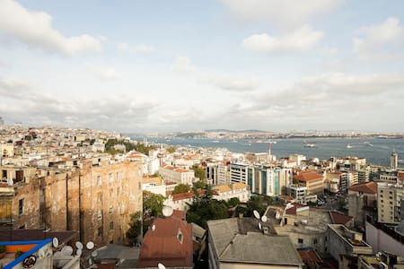 Apartment in a registered historical building, 50 m to Galata Tower!
