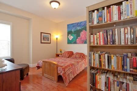 Lovely Room in Downtown Home - House