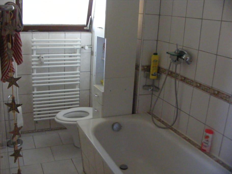 Bad mit Dusche, Badewanne