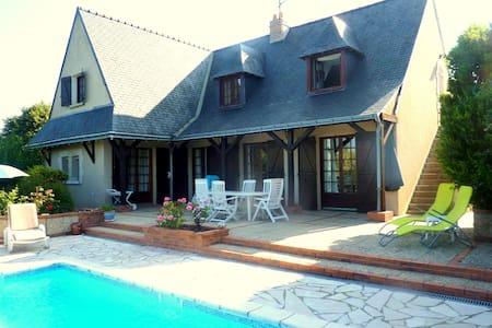 House on the hill, on Loire Valley - Briollay - Aamiaismajoitus