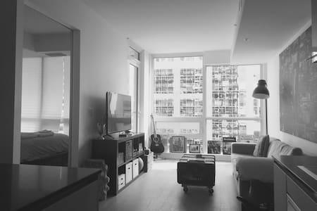 "**Ottawa Getaway**, 15th floor ""City Life"" Condo - Kondominium"
