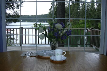 BEAUTIFUL LAKEFRONT HOME W/ BOAT  - Hayden Lake