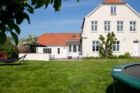 Patriciervilla midt i Præstø by - House