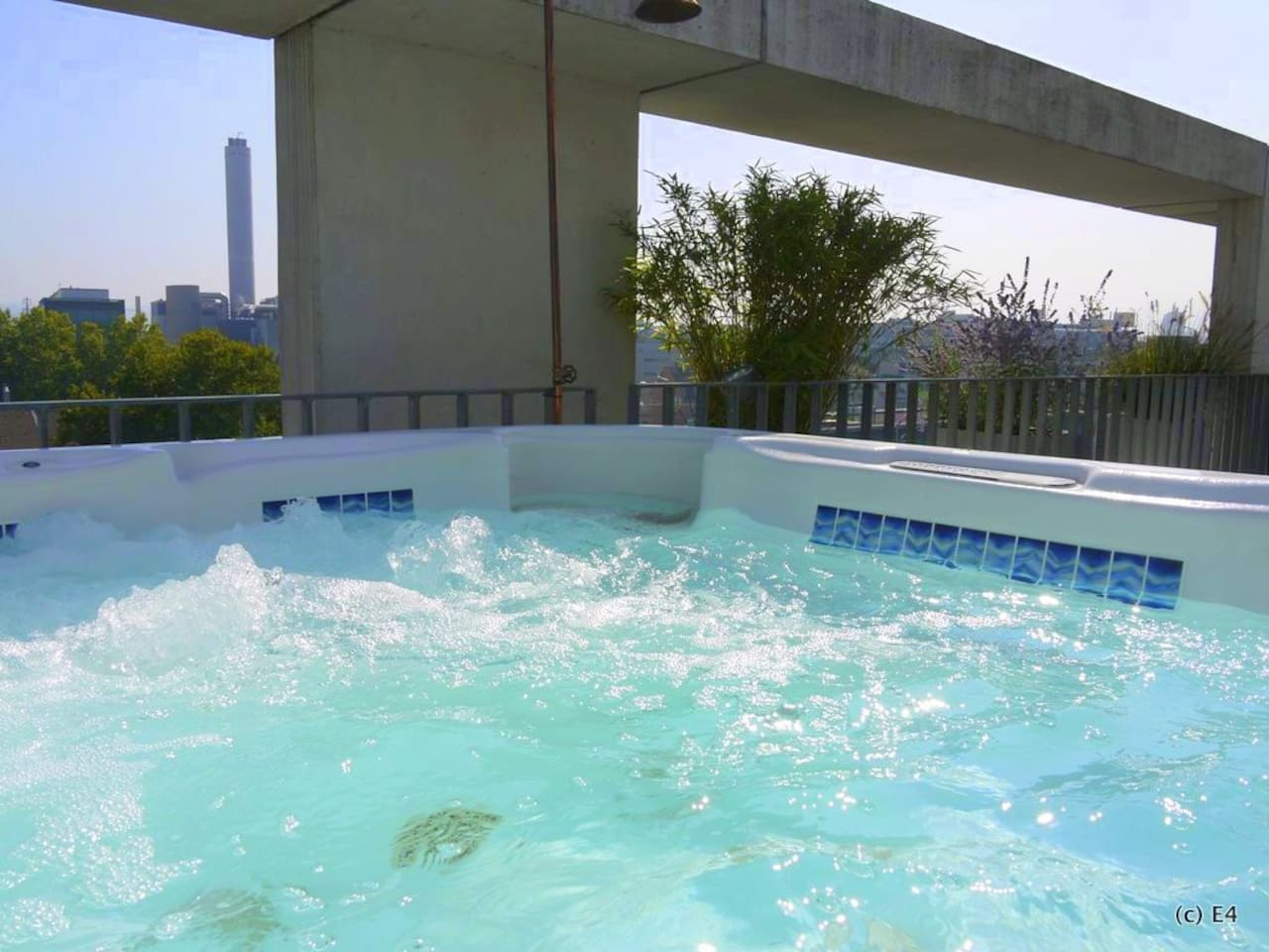 Pure bliss: heated whirlpool on rooftop all year round (sound included)