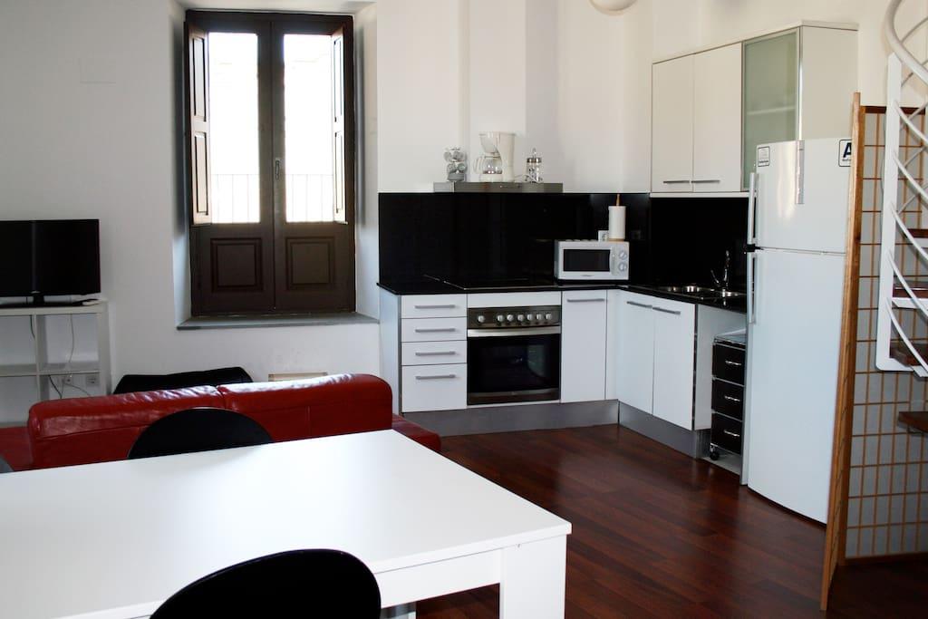 Vista general salón-comedor con cocina integrada