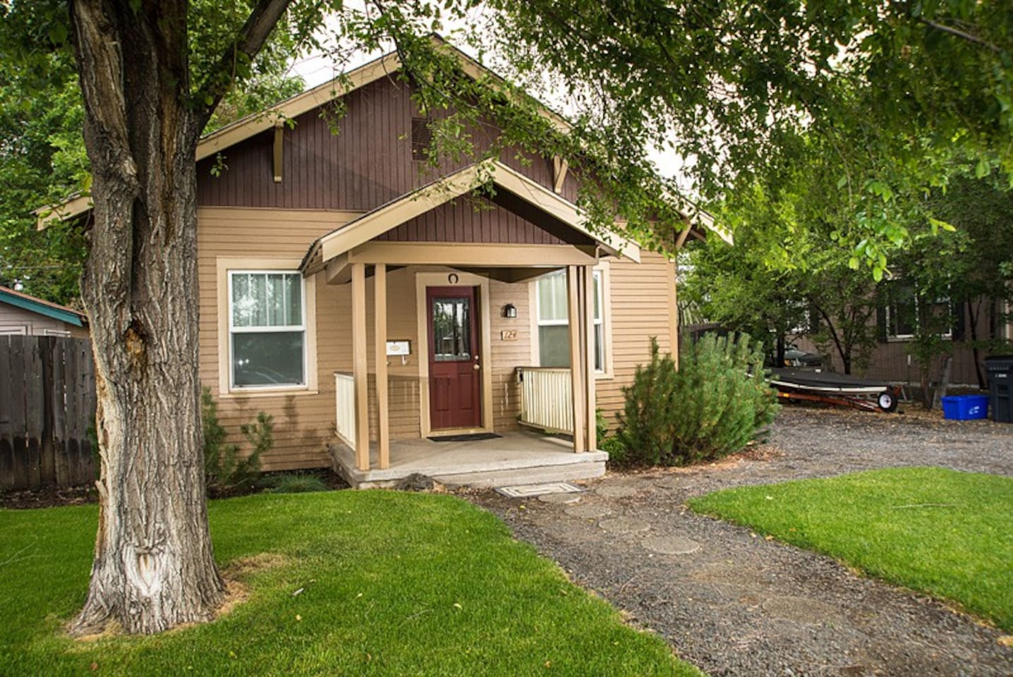 Walk Downtown Bend, Hot Tub. 3 BR