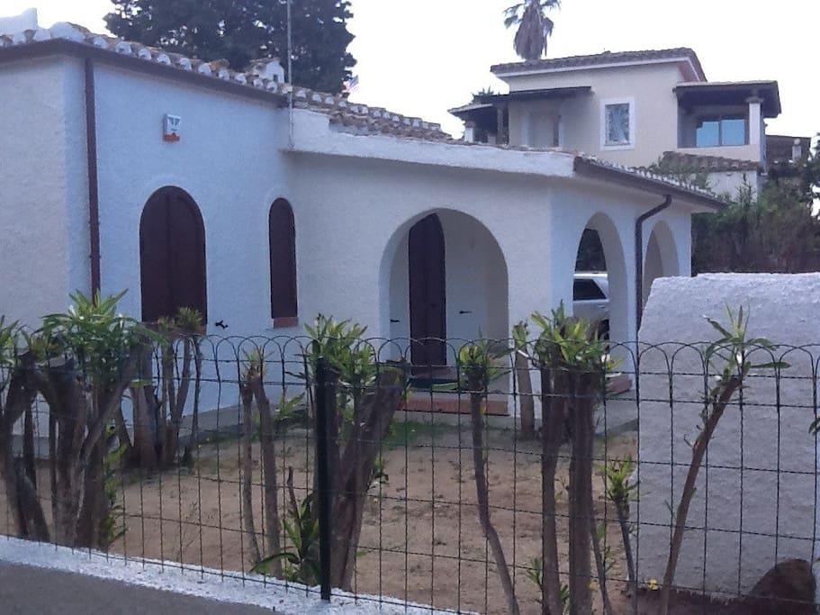 Villetta vista dall'esterno.