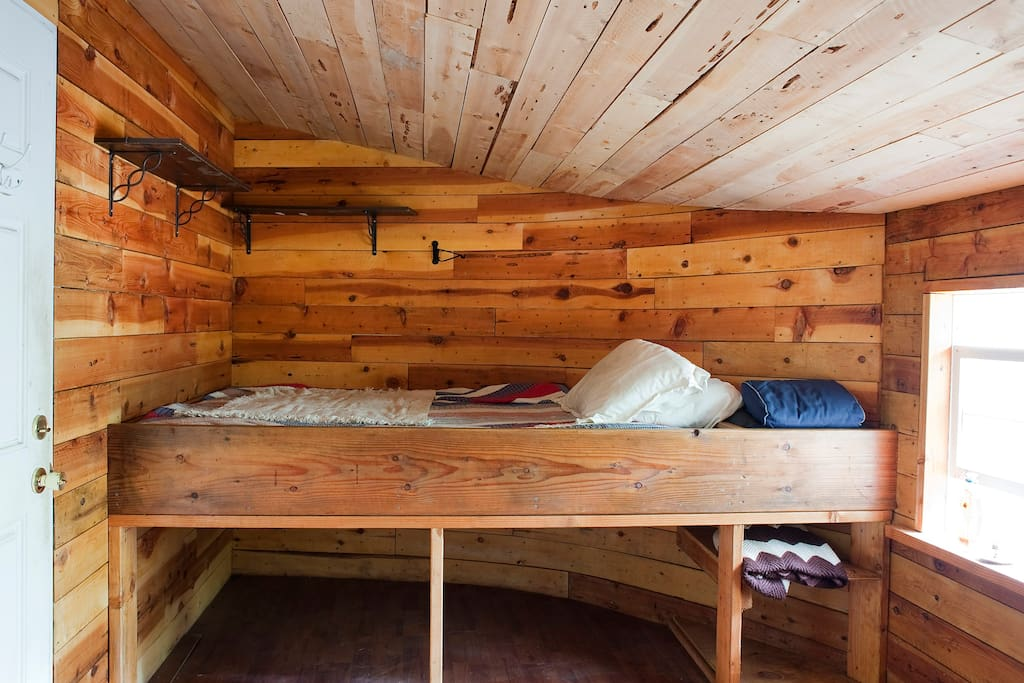 """""""Half Moon"""" Cozy Off-Grid Cabin"""
