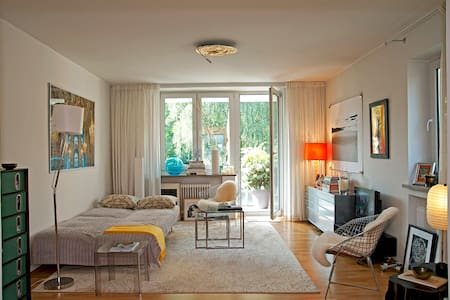Spacious, charming studio near the english garden. - Munich - Appartement