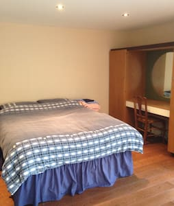 Self contained garden room - Borehamwood - Bungalow
