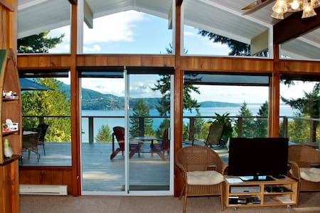 Evergreen Cottage ~ Cozy Cabin with Gorgeous Views - Bowen Island - Cabin