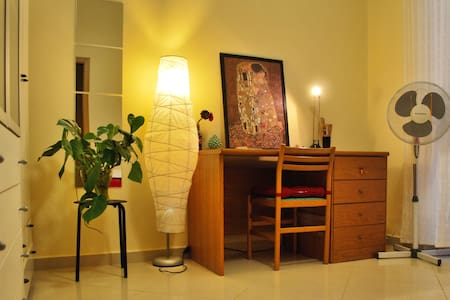 Large ROOM with PRIVATE BATH + BREAKFAST included - Hus