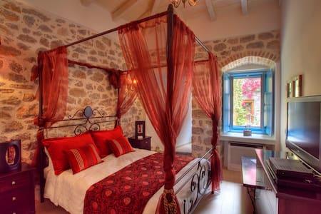 PORTADELMARE de luxe suites - Idra - Bed & Breakfast