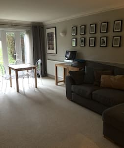 Modern 2 bed flat central location - Apartment