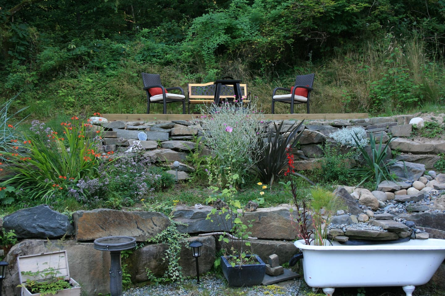 Outside Sunnyside Guest Suite is a beautifully landscaped yard