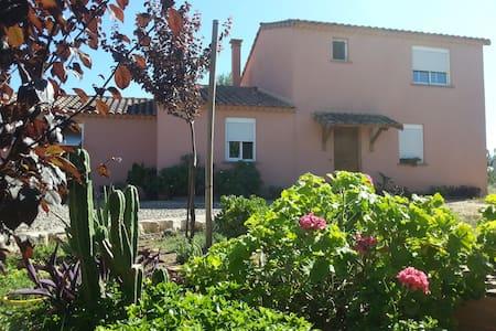 Casa con jardin - amplia habitación - Haus