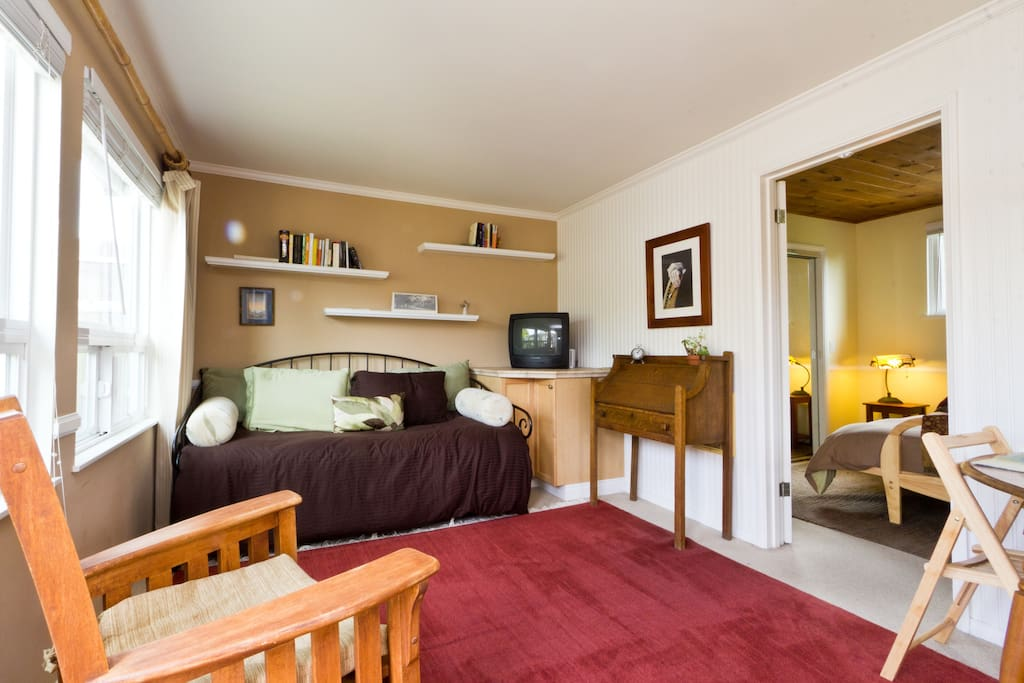 The comfortable sitting area in the front room has cable tv and wireless internet. Underneath the daybed is an additional twin trundle bed.