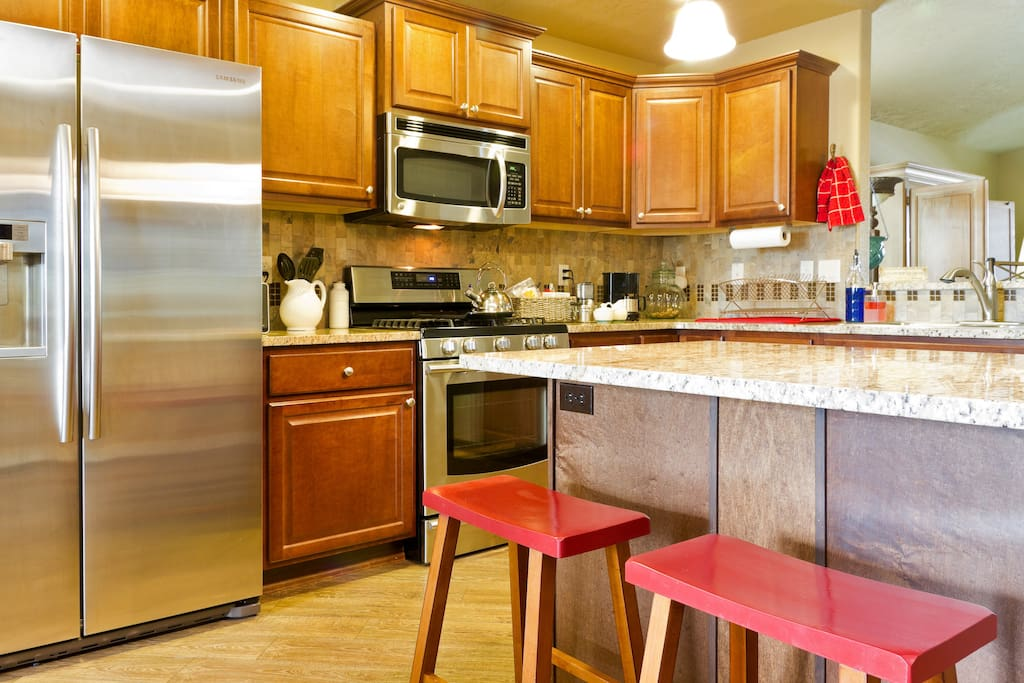 Microwave, gas stove/oven, refrigerator with filtered water and ice maker.