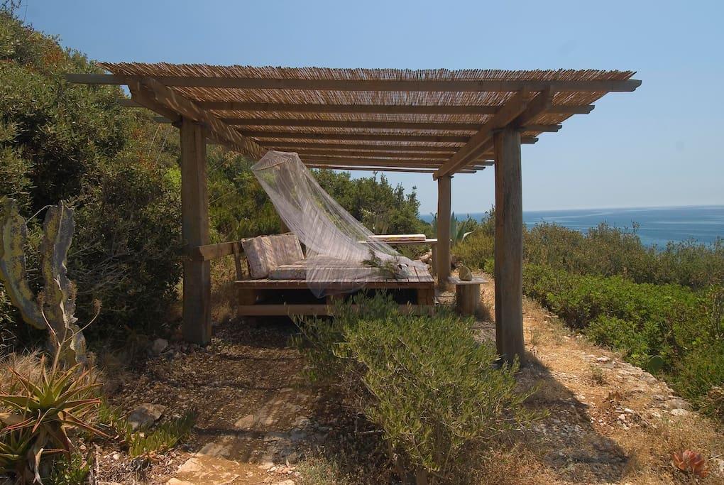 gazebo con lettone di legno - zona comune