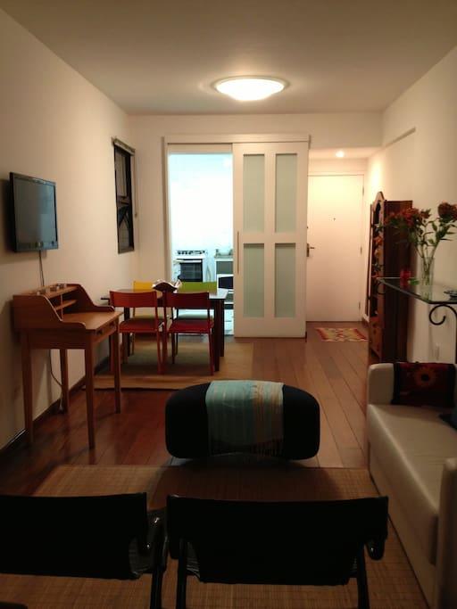 Sala com 2 ambientes e TV.