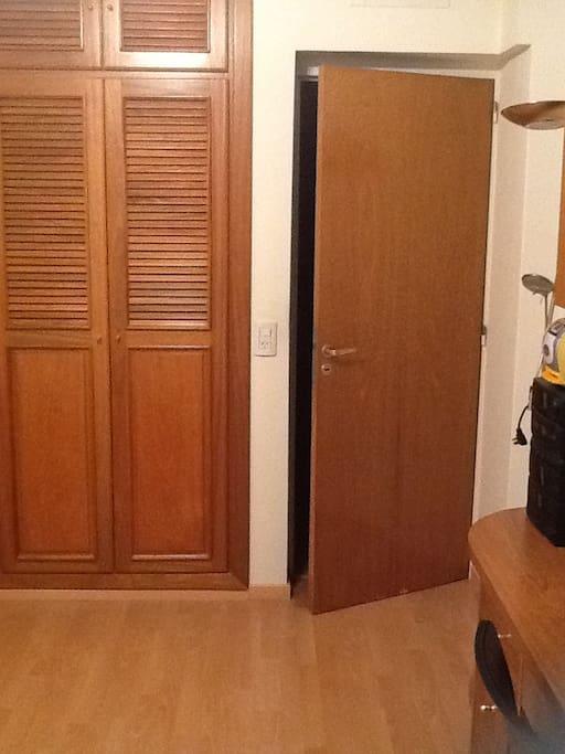 The room door and part of the closet/ La puerta de la habitación y parte del closet