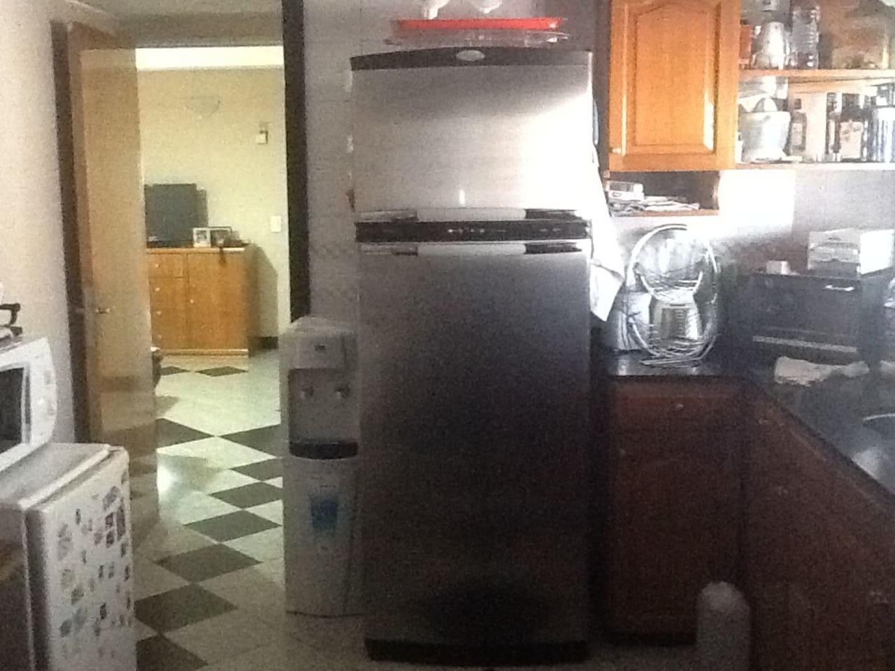 Kitchen, going into dinning room/ cocina, y puerta hacia el comedor.
