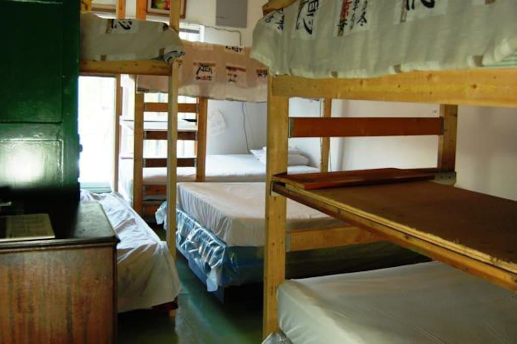 Dorm bed 20 people mix