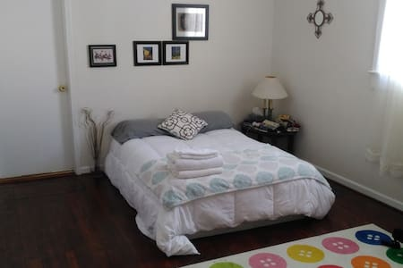 Nice Room, 25 min walk to French Quarter + More! - New Orleans - House