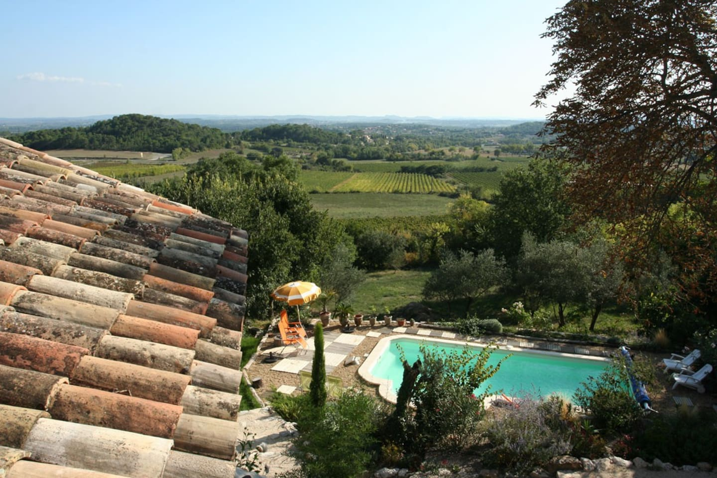 view of the valley and the pool / vue sur la vallée et la piscine