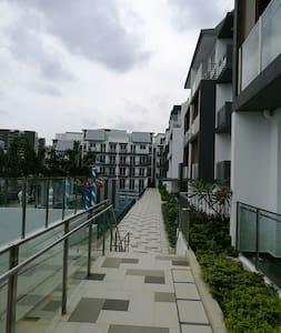 安静优雅的阁楼+露台 penthouse unit with attached bathroom - Singapur - Wohnung