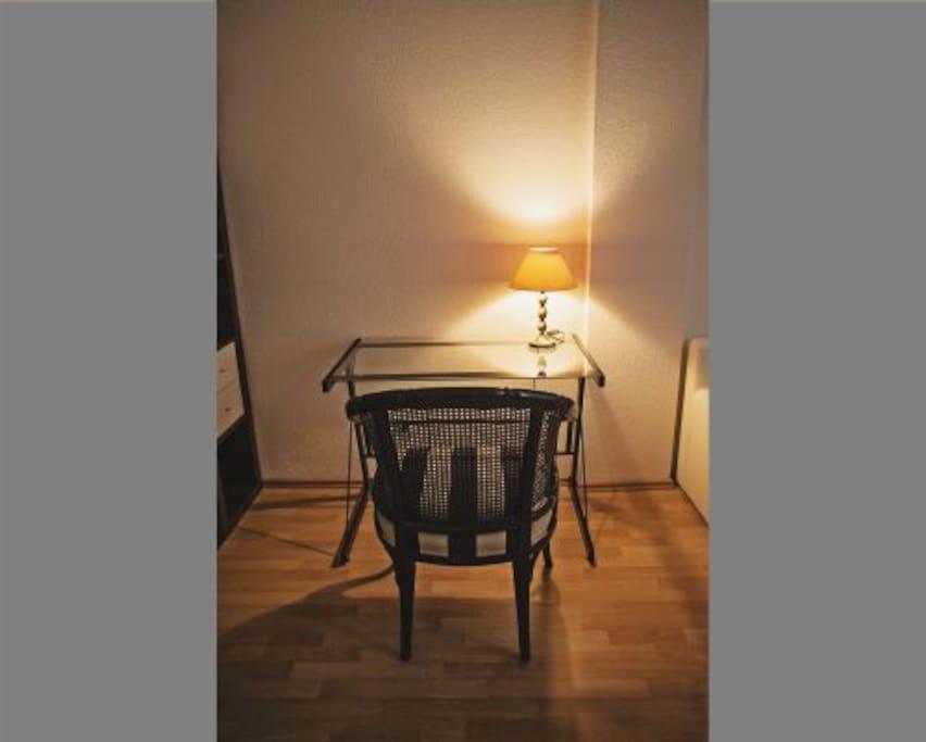 Kleiner Schreibplatz im Wohnzimmer