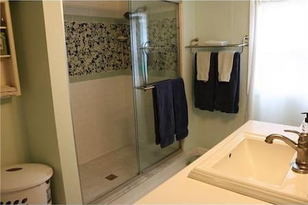 Safe, spacious, clean, and comfy :) - Rochester Hills - House