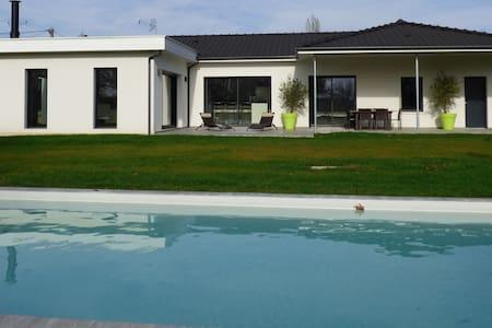PISCINE CHAUFFEE 26° - Le Pizou - House