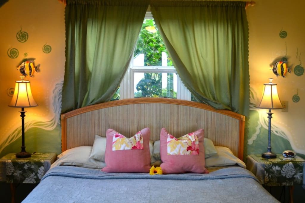 private bedroom with king-size bed in Hibiscus Hideaway Apartment