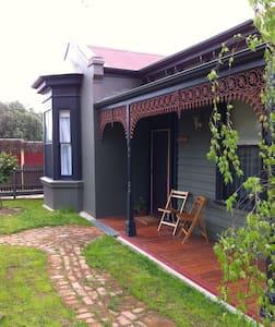 Sunny, pet friendly Victorian Home - Hus