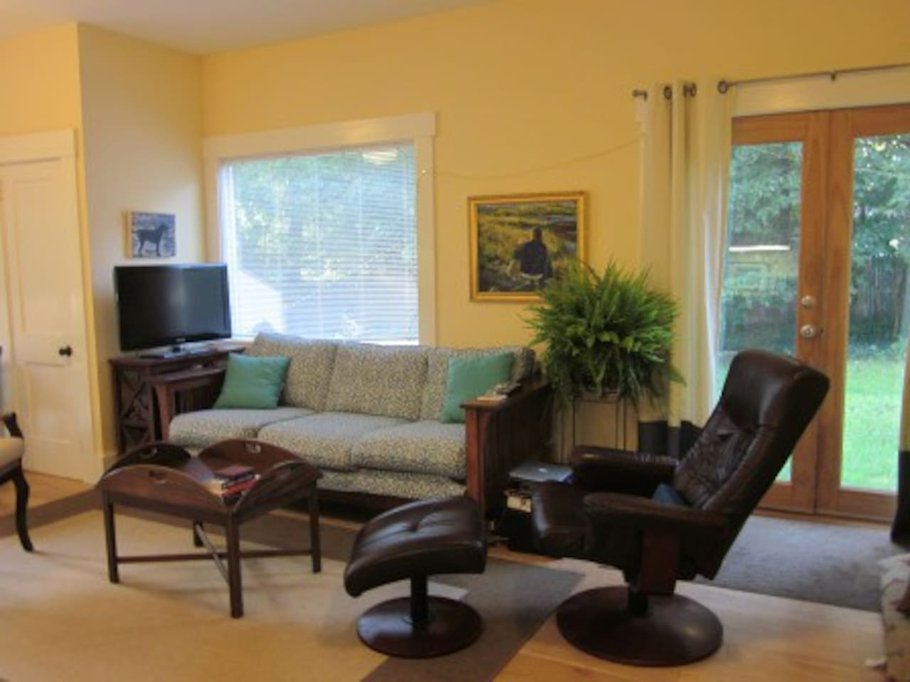 Cheerful and comfortable living room