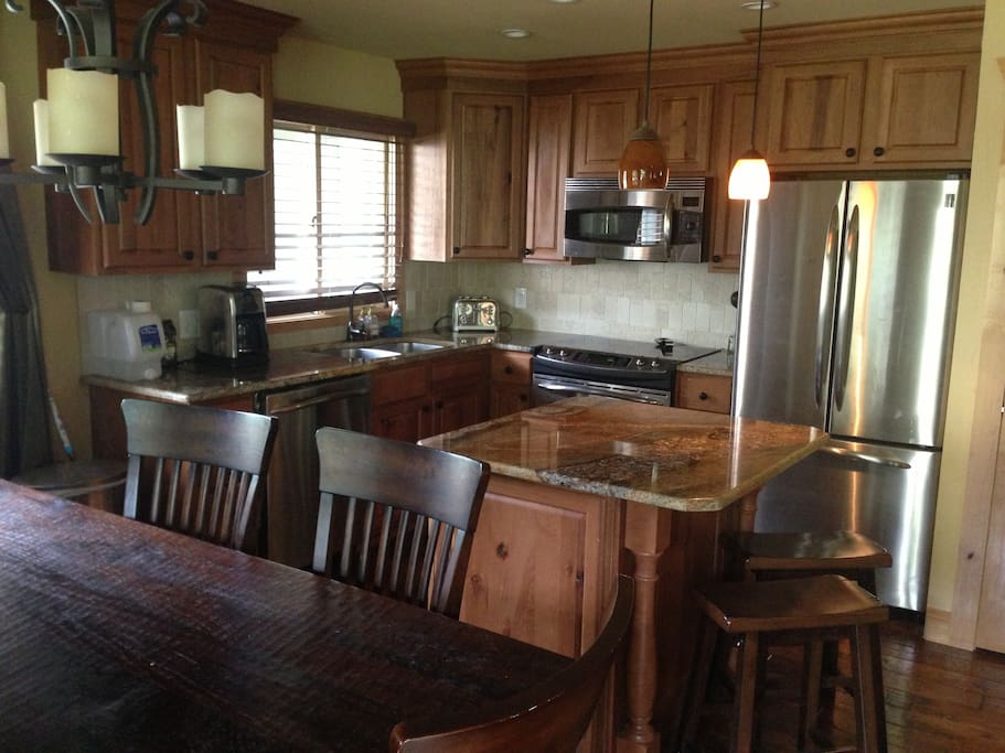 Fully stocked kitchen w/dishwasher and dining table for 8